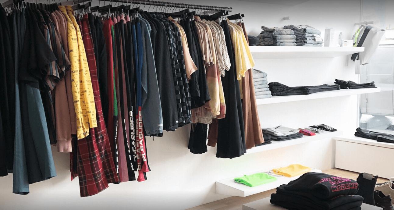 como decorar una tienda de ropa iluminacion fria