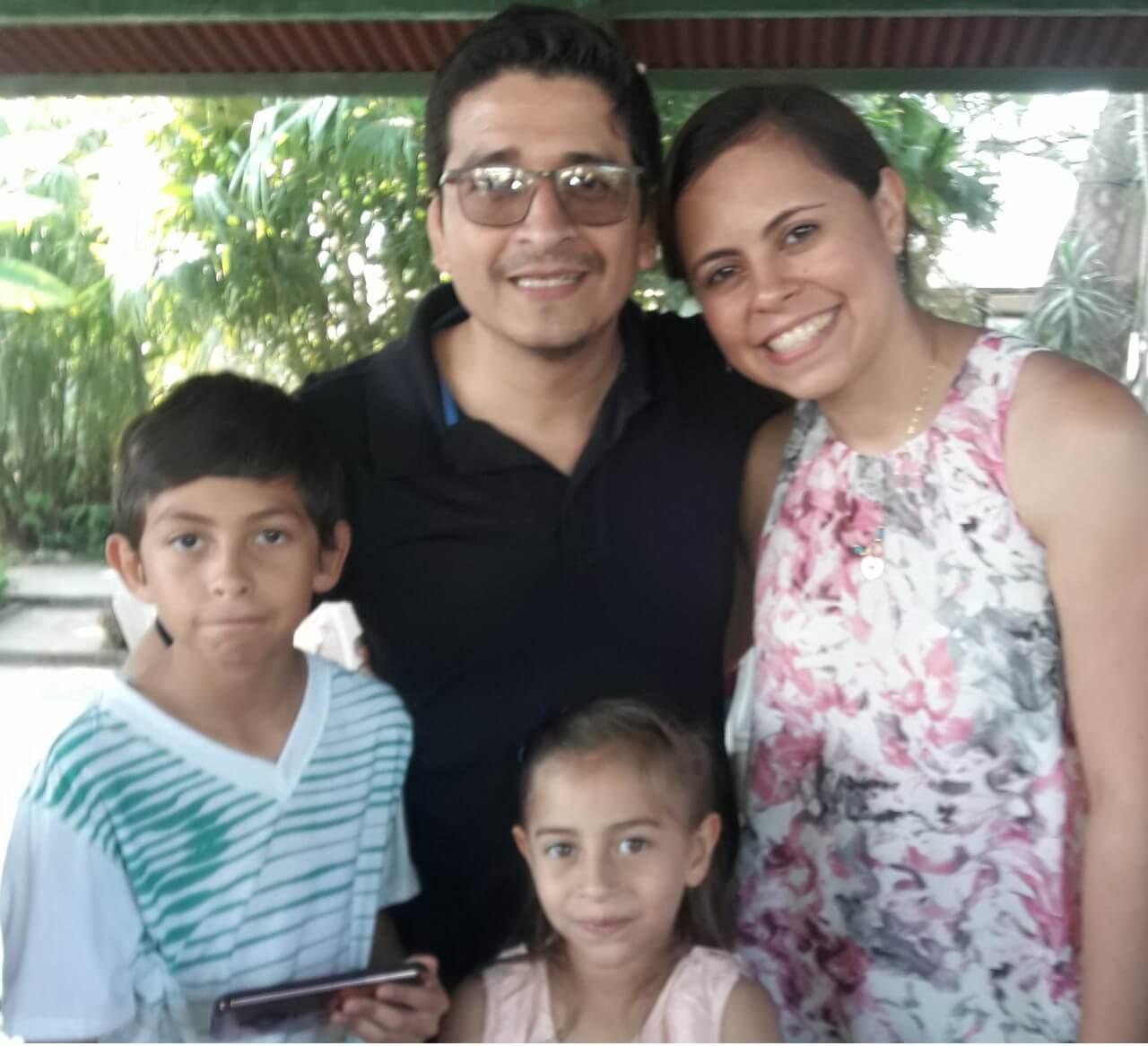 Precisadecv. Fernando Recinos y su familia.