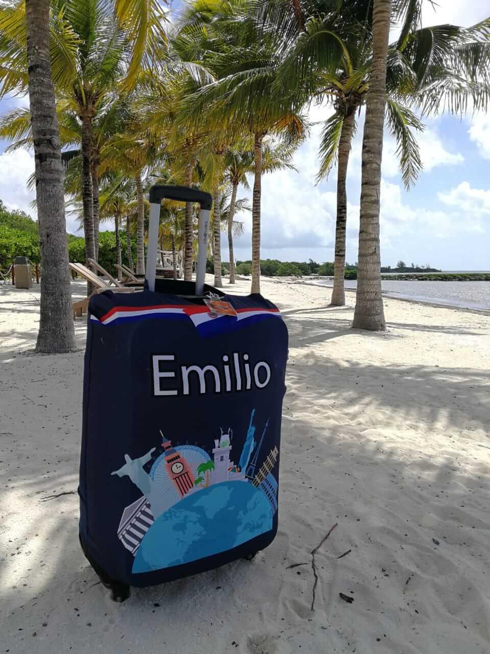 Quiero Viajar. Maleta con funda personalizada en la playa.