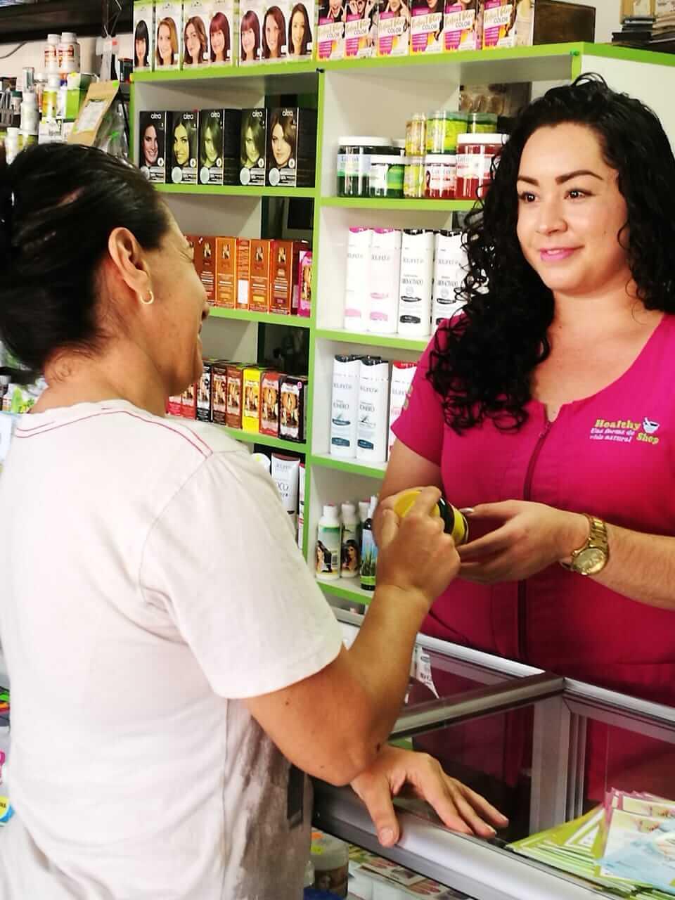 Macrobiótica Healthy Shop. Atendiendo a un cliente.
