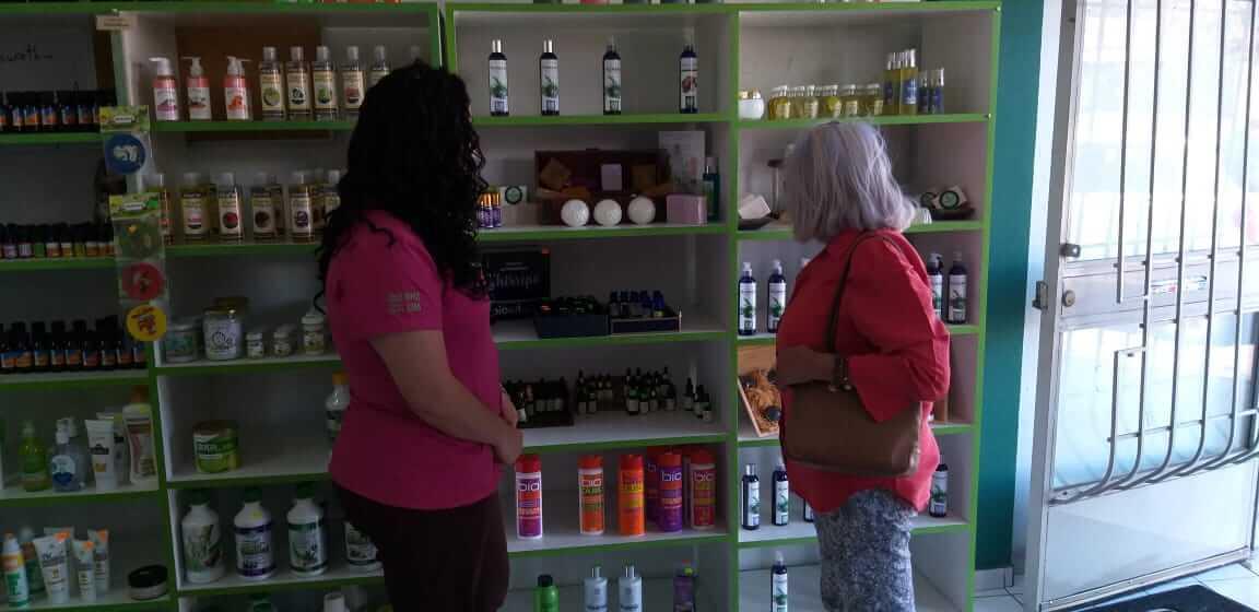 Macrobiótica Healthy Shop. Atendiendo a una clienta.