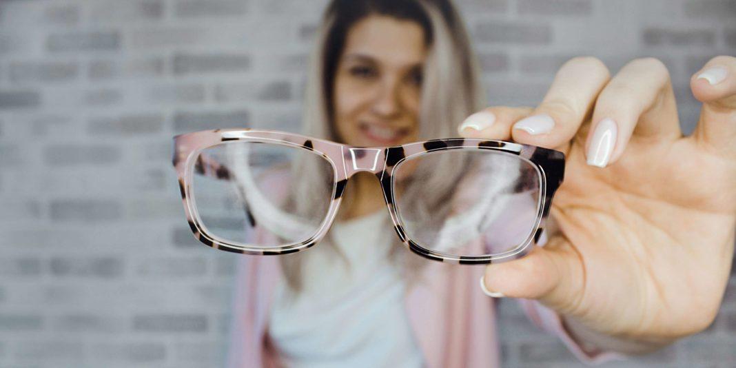 Estrategias de marketing para ópticas. Mujer sosteniendo anteojos