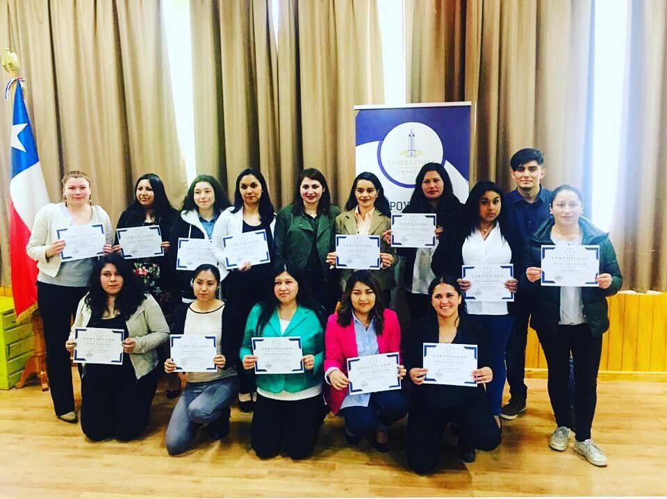 Torreones Capacita. Grupo de personas con diploma