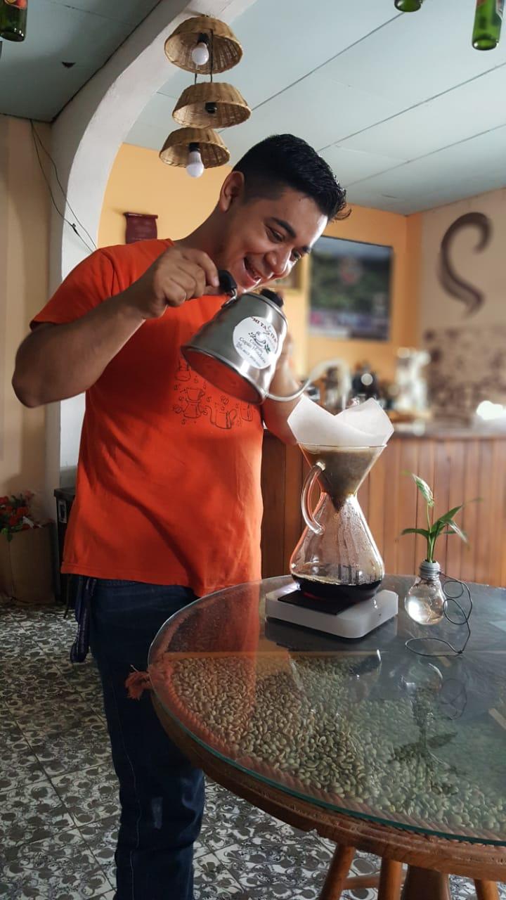 Café Mi Tazita. Lorving sirviendo café