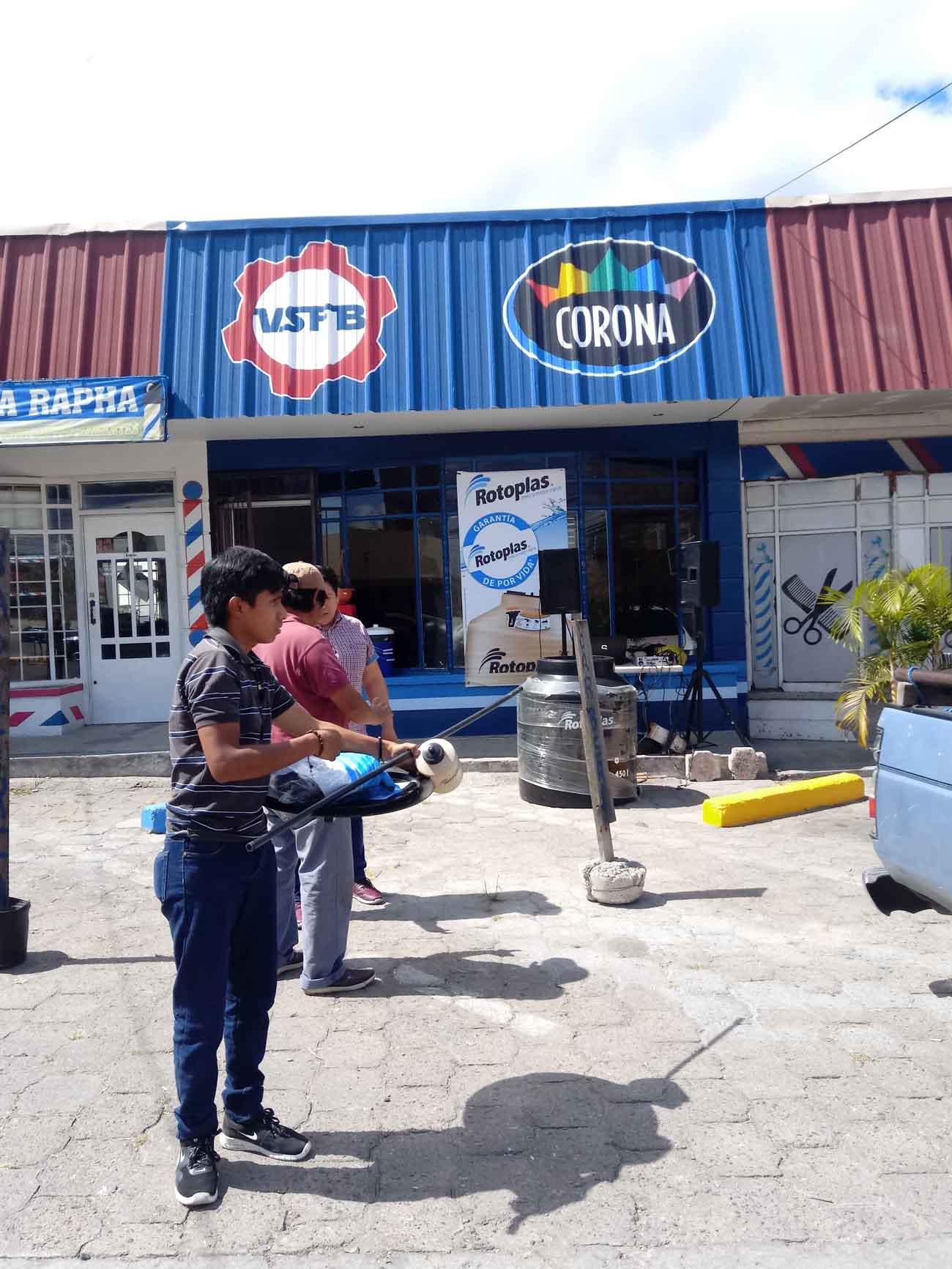 Ventas sin Fronteras Blanco. Personas frente al local