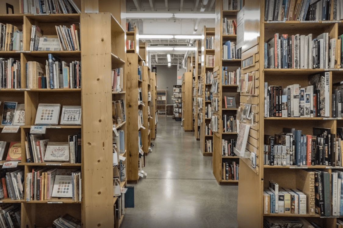 How to decorate a fashion showroom bookstore aisles