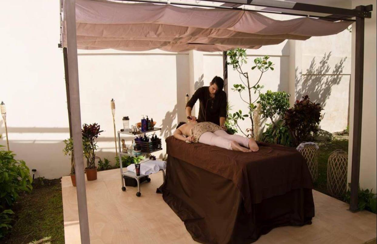 Solutions. Empleado realizando un tratamiento a una clienta.