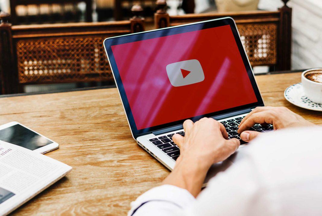 5 ideas para promocionar tu negocio en YouTube. Laptop